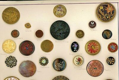 22 Flower buttons in different materials.