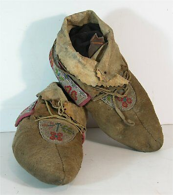 ca1900 PAIR OF NATIVE AMERICAN CREE INDIAN BEAD DECORATED HIDE MOCCASINS