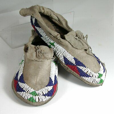 1920s PAIR OF NATIVE AMERICAN APACHE INDIAN BEAD DECORATED HIDE MOCCASINS