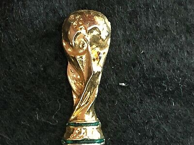 pins pin SPORT WORLD CUP 1974 FIFA FOOTBALL SOCCER 2 CM