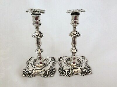 PAIR OF VICTORIAN SILVER TAPERSTICKS - London, 1895.