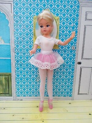 Stunning 1970s ballerina Sindy with silky blonde hair + outfit, ankles pose!
