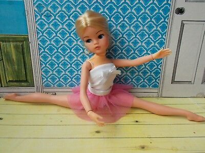 Stunning 1970s ballerina Sindy with silky blonde hair, both ankles still pose!