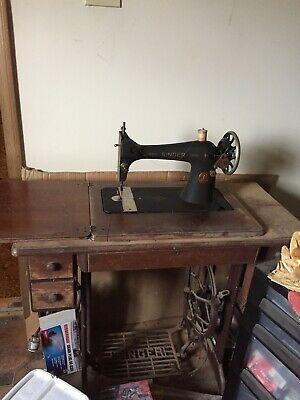 Vintage Antique Singer Treadle Sewing Machine in cabinet