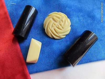 5187 – 4 Bakelite Vintage Buttons, Cream and Black