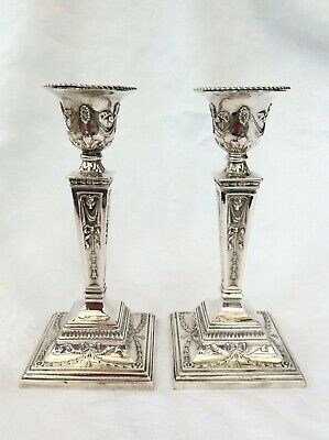PAIR OF SILVER CANDLESTICKS IN THE NEO-CLASSICAL STYLE - London, 1979.