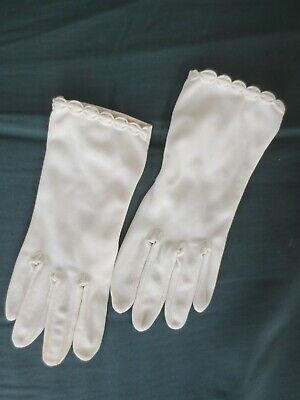Demure cream 1960s-1970s vintage wrist-length scalloped dress gloves size 7.5