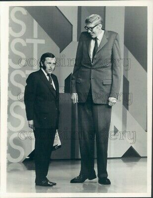 1974 Press Photo David Frost With 8 foot 2 inch Tall Don Koehler 1970s TV