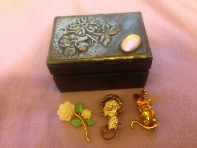 Art & Crafts Style Wooden Hinged Box & 3 x Vintage Brooch ex Condt