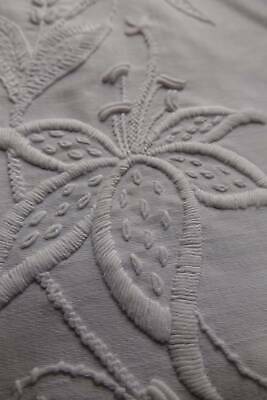 Pretty antique white cotton jean table topper Mountmellick hand embroider & lace