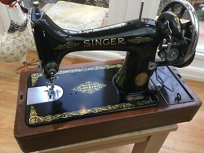 Singer 99K Sewing Machine 1935. Hand Crank Model comes with case.