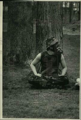 1985 Press Photo Skidmore College, New York anti-nuclear protestor in gas mask
