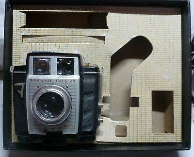 """Brownie Vintage """"Twin 20"""" Camera & Outfit Box Made In Usa Working"""