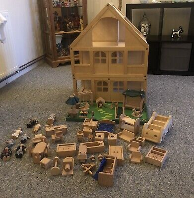 wooden dolls house (Lots)