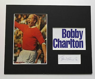 SIR BOBBY CHARLTON  MANCHESTER UNITED LEGEND SIGNED MOUNTED DISPLAY 10x8