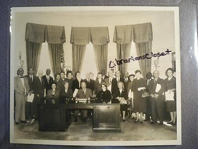 VINTAGE 8X10 PHOTO PRESIDENT EISENHOWER IN THE WHITE HOUSE OVAL OFFICE