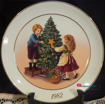 Avon Canada Christmas 1982 Keeping The Christmas Tradition Plate