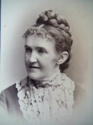 CDV / Woman with lacy collar