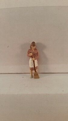 Arttista S Scale Figure 725 - Woman with Broom Sweeping - People - Model Trains