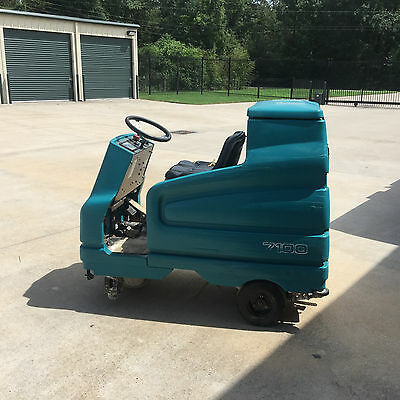 Tennant 7100 Ride-on Scrubber