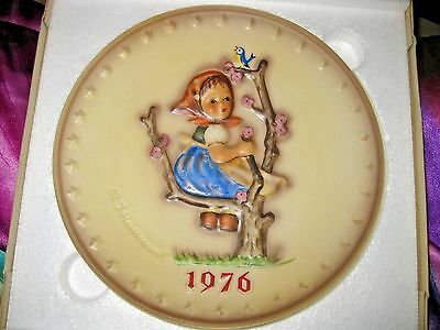 **HUMMEL ANNUAL PLATE 1976 IN BAS RELIEF** GOEBEL with Girl in Tree