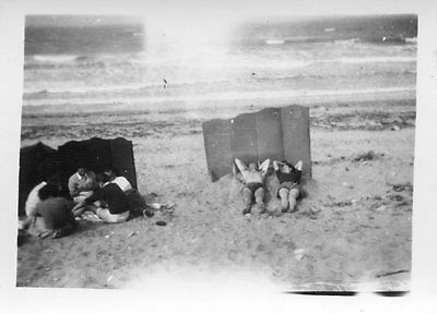 Photo ancienne vintage snapshot groupe plage beach drôle funny vers 1945