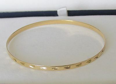 BEAUTIFUL  SECONDHAND 9ct YELLOW GOLD ENGRAVED SOLID BANGLE BRACELET 66mm IN dm