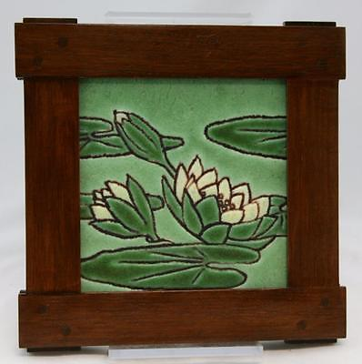 "Grueby Faience/pardee 6"" Tile In 8.5"" A&c Oak Wood Frame W/waterlily Blossoms"