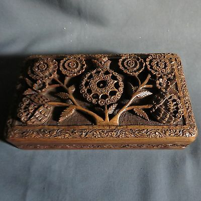 AN ATTRACTIVE EARLY 20th CENTURY ANGLO INDIAN CARVED TRINKET BOX
