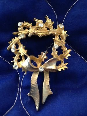 Vintage Christmas Gold Tone Wreath Brooch With Rhinestones