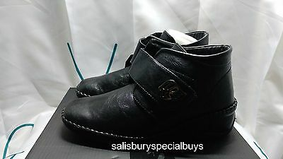 Womens Boots / Shoes Size 4 * BLACK *