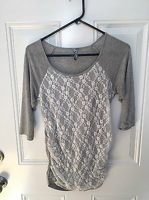 BELLY BY DESIGN MATERNITY TOP, Size Medium, Gray/White Lace Design