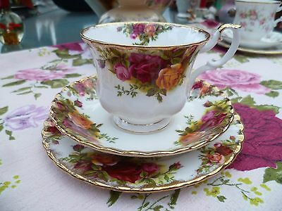 Pretty Vintage Royal Albert China Trio Tea Cup Saucer Plate Old Country Roses.