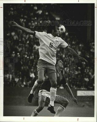 1976 Press Photo Soccer player, Mike England in action - sps02879