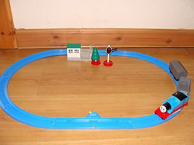 tomy trackmaster thomas the tank engine battery train with 2 trouble trucks