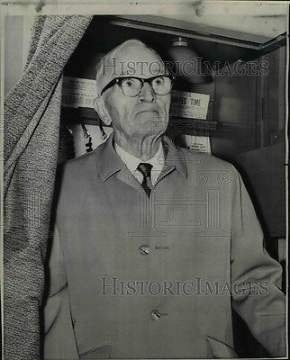 1968 Press Photo Former President Harry S Truman left voting booth after voting.