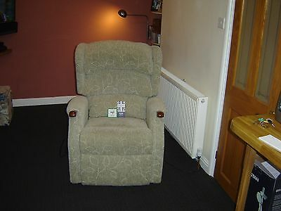 HSL rise and recliner dual motor linton grande comfort chair new condition