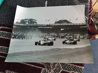 10 x 8 F1 PHOTO - 1970's SILVERSTONE GRAND PRIX - CARS LEAVING GRID WARM UP LAP