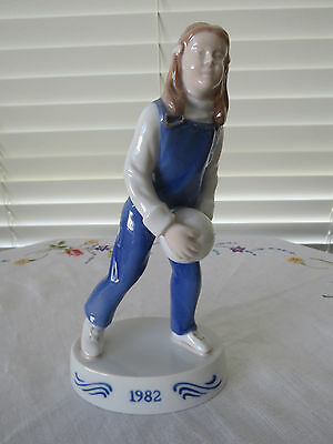 """Bing & Grondahl Figurine Of The Year 1982 """"girl With Ball"""" Limited Edition"""