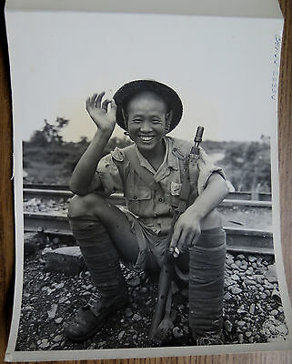 WWII PHOTO CBI AMERICAN TRAINED CHINESE SOLDIER 1944 Gives Dinh How OK Sign