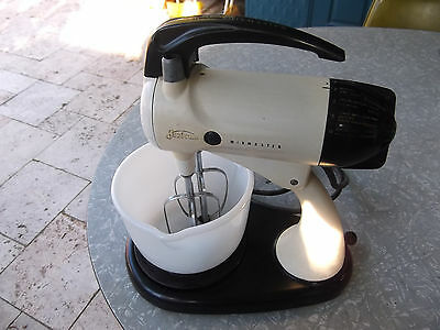 VINTAGE 1940s SUNBEAM MIXMASTER KITCHEN MIXER WITH MILK GLASS BOWL