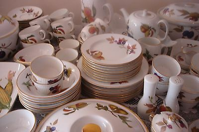 ROYAL WORCESTER EVESHAM GOLD 8 PLACE SERVICE approx 100 pieces