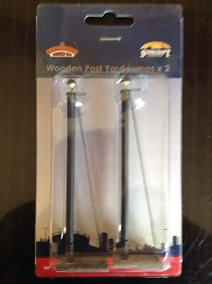 Scenecraft By Bachmann 44-561. Wooden Post Yard Lamps X 2. OO Gauge.