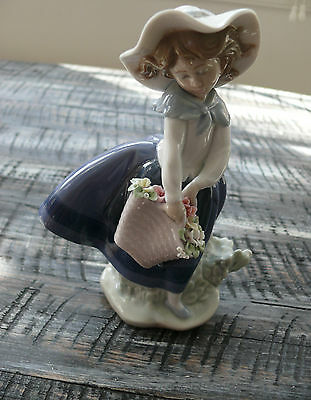 Lladro Pretty Pickings Girl with Flower Basket Issued 1984 Sculptor José Puche