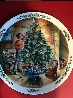 """Royal Doulton Collectors Plate Family Christmas """"The Finishing Touch"""" 1990"""