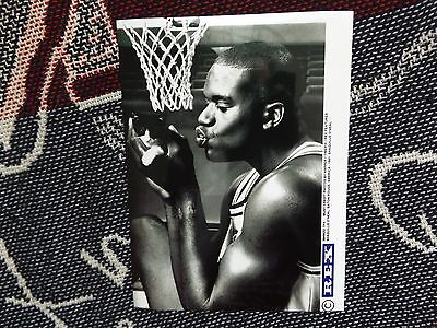 """8"""" x 6"""" PRESS AGENCY PHOTO - SHAQUILLE O'NEAL WITH KITTEN - BATON ROUGE 1991 (2)"""