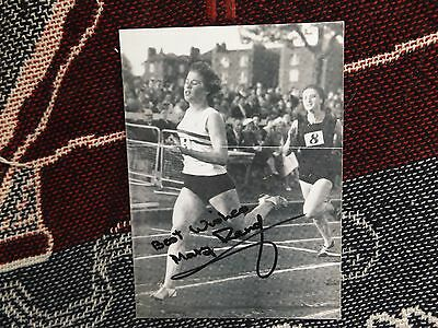 "HAND SIGNED ATHLETICS 7"" x 5"" PHOTO - MARY RAND - AUTOGRAPH"