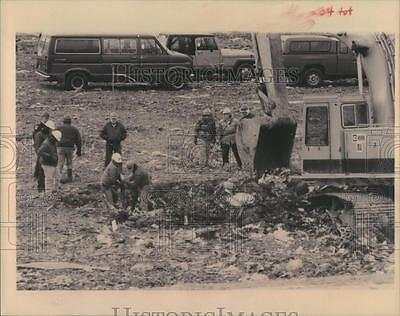 1993 Press Photo Police and Community Search Landfill for Cheryl Huff Remains