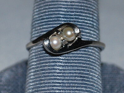 10k White gold ring with pearls
