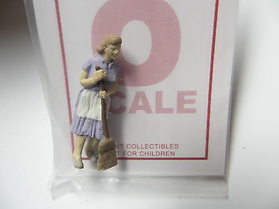 1108 Arttista / Artista O Scale Figure People Painted Woman Sweeping